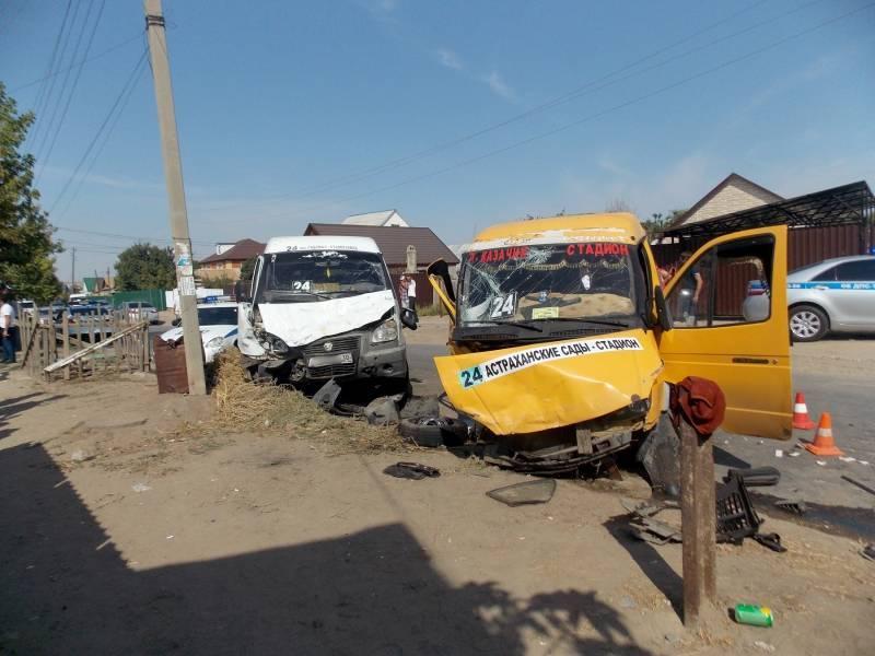 В Астрахани столкнулись две маршрутки, пострадало девять человек