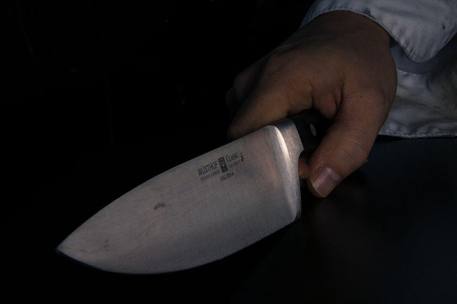 Астраханец с ножевым в груди вышел покурить, вернулся и убил обидчика
