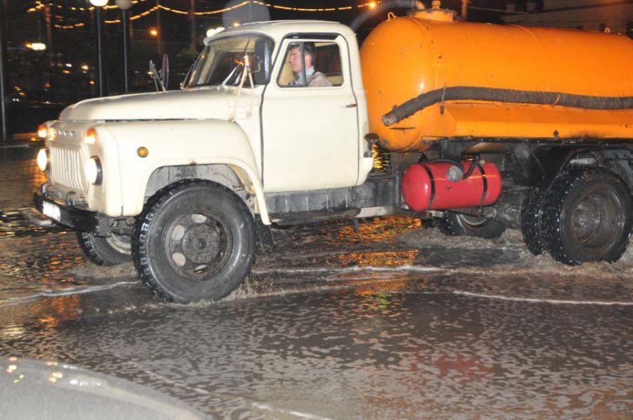В Астрахани бороться с лужами выехали 15 единиц спецтехники