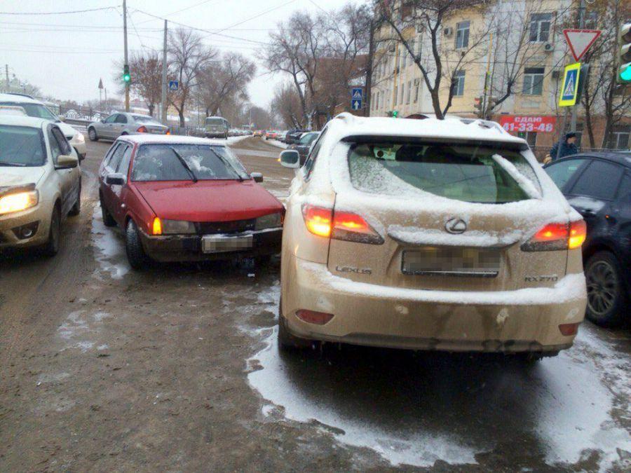Метель в Астрахани приводит к авариям