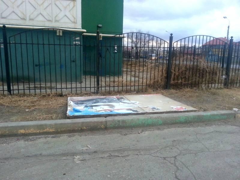 В Астрахани рекламный щит упал на машину