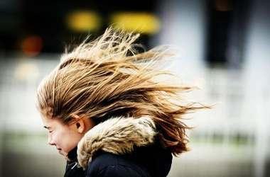 В Астрахани и области сохранится сильный ветер