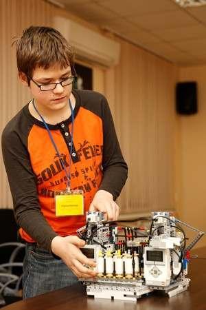 Юный астраханец собрал станок-робот из «Лего»