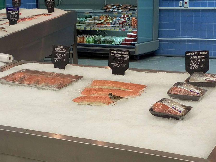 Воробьи лакомятся деликатесной рыбой в астраханской «Ленте»