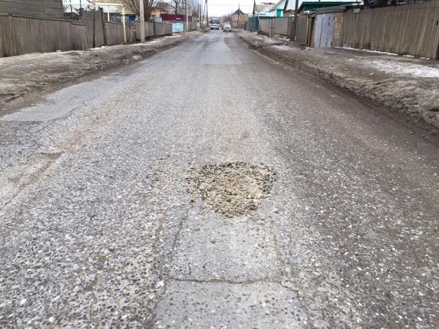 Ямы на дорогах Астрахани засыпают инертными материалами