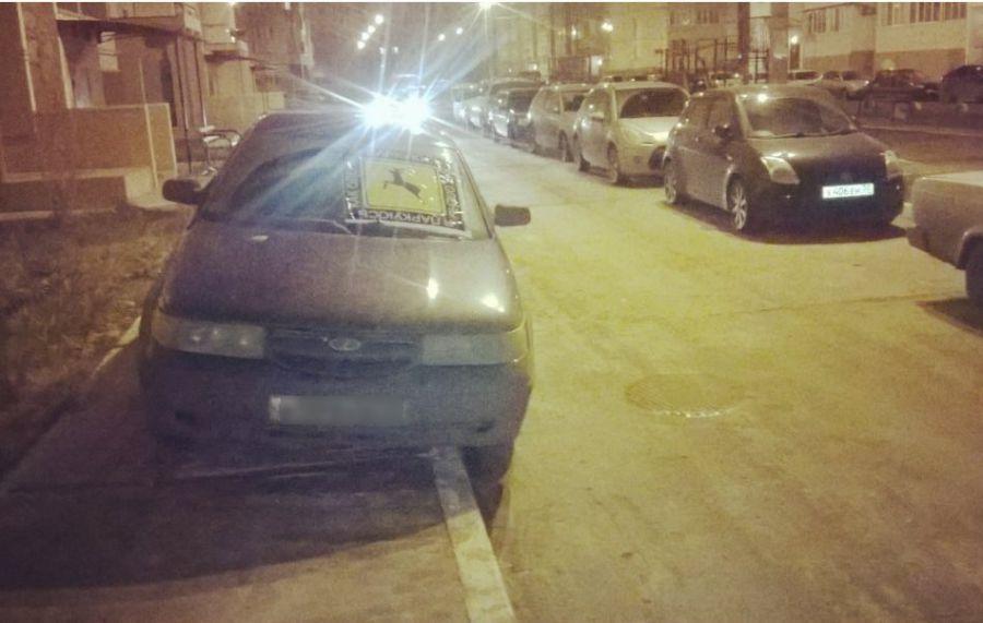 В Астрахани очередные активисты обклеивают неправильно припаркованные автомобили