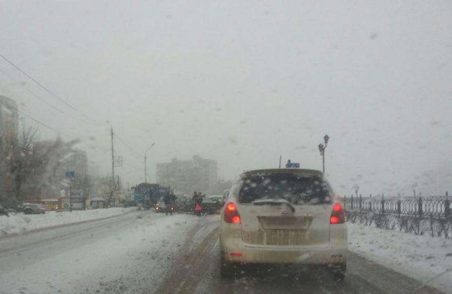 В Астрахани идет снег, по городу пробки