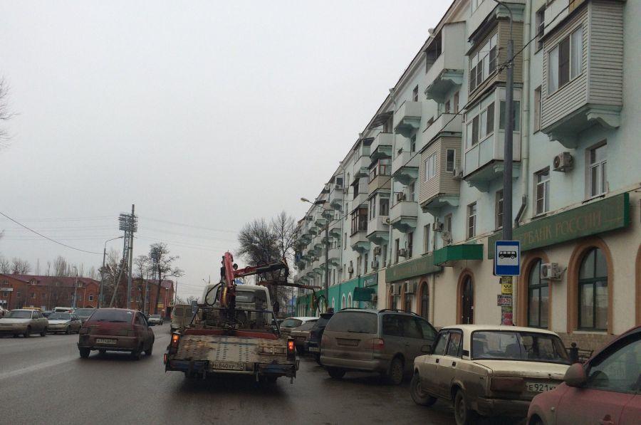 В Астрахани машины эвакуируют с остановки несуществующего автобуса