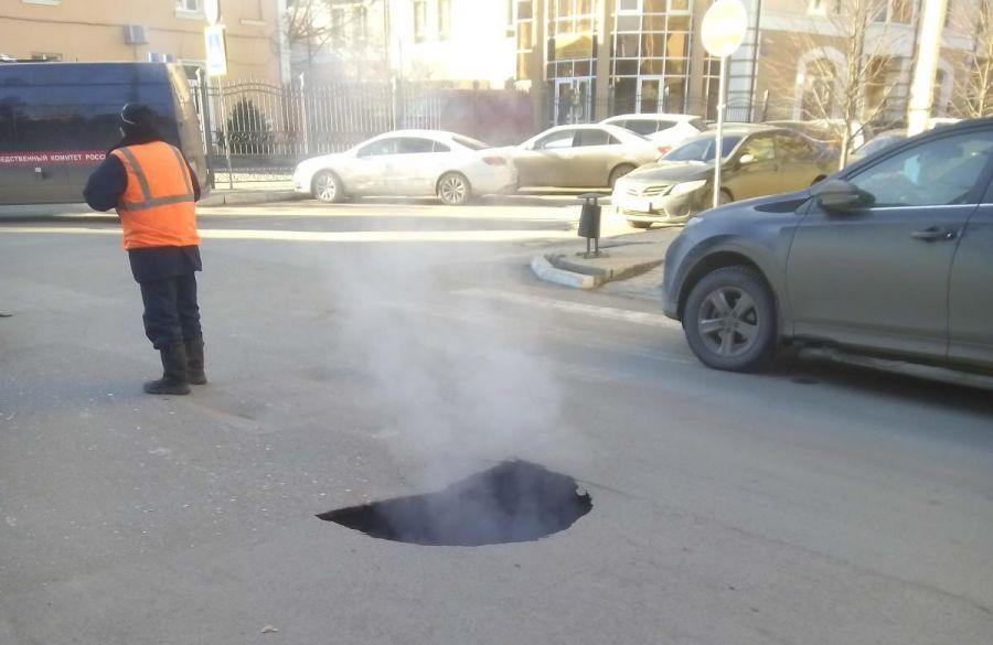 В Астрахани асфальт ушел под землю