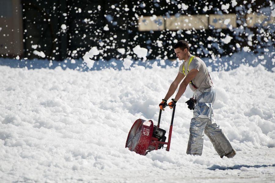 Астраханские коммунальщики ведут борьбу со снегом