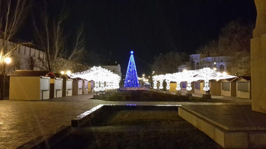 С улиц Астрахани убирают елки и украшения