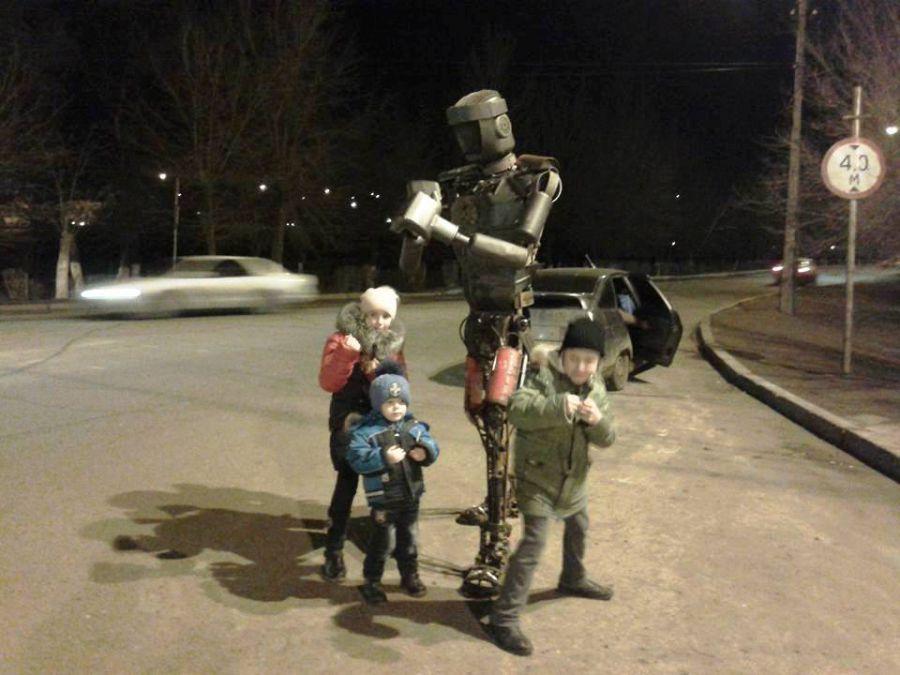 Роботы из металлолома разгуливают по Трусовскому району