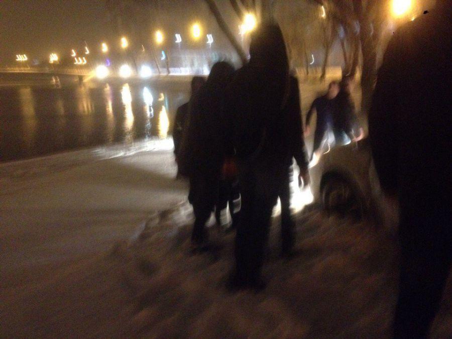 Астраханцы подняли и перенесли застрявшую машину