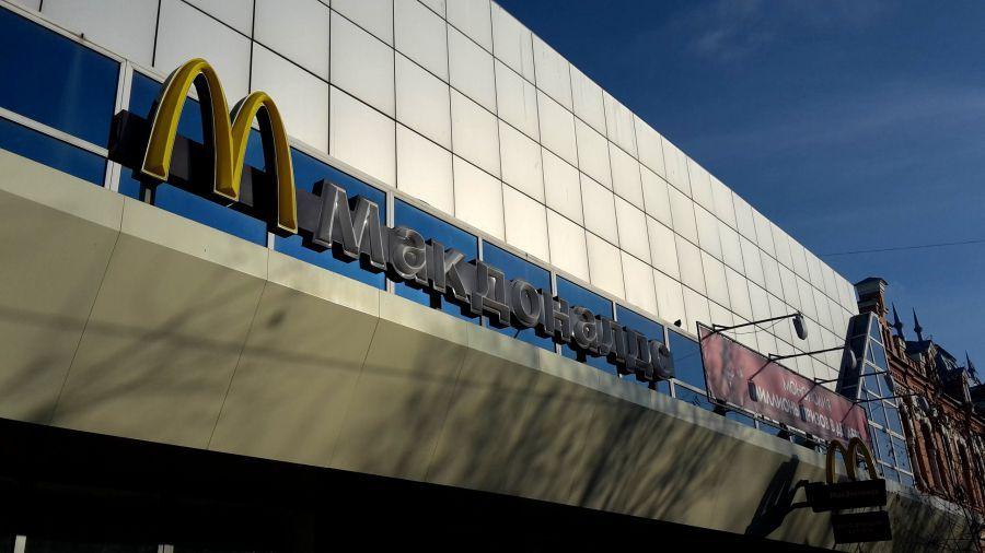 Астраханцы жалуются на скопление попрошаек возле «Макдоналдс»