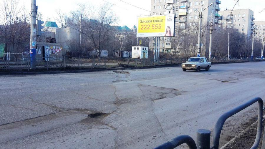Ямы на разбитых дорогах Астрахани присыпали