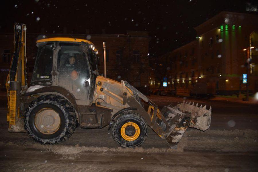 Со снегом в Астрахани борются около сотни единиц техники