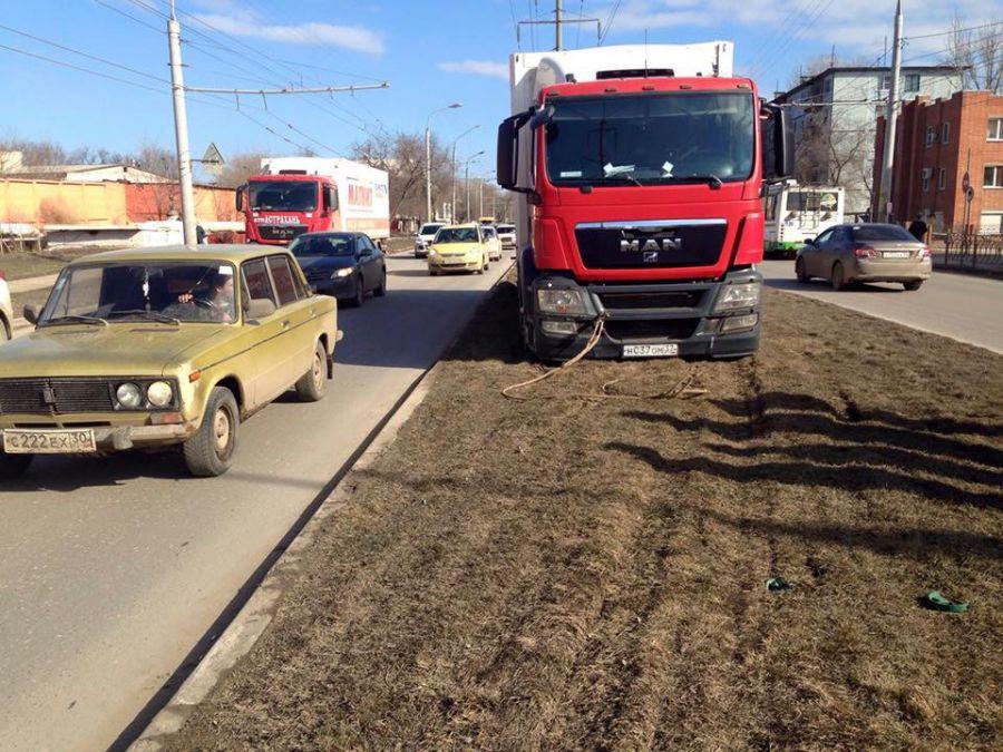 Грузовик сети «Магнит» испортил газон на улице Николая Островского