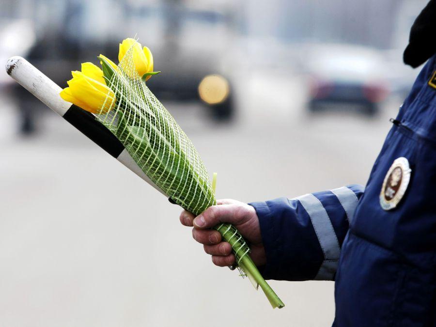 Астраханских автоледи поздравят дорожные полицейские
