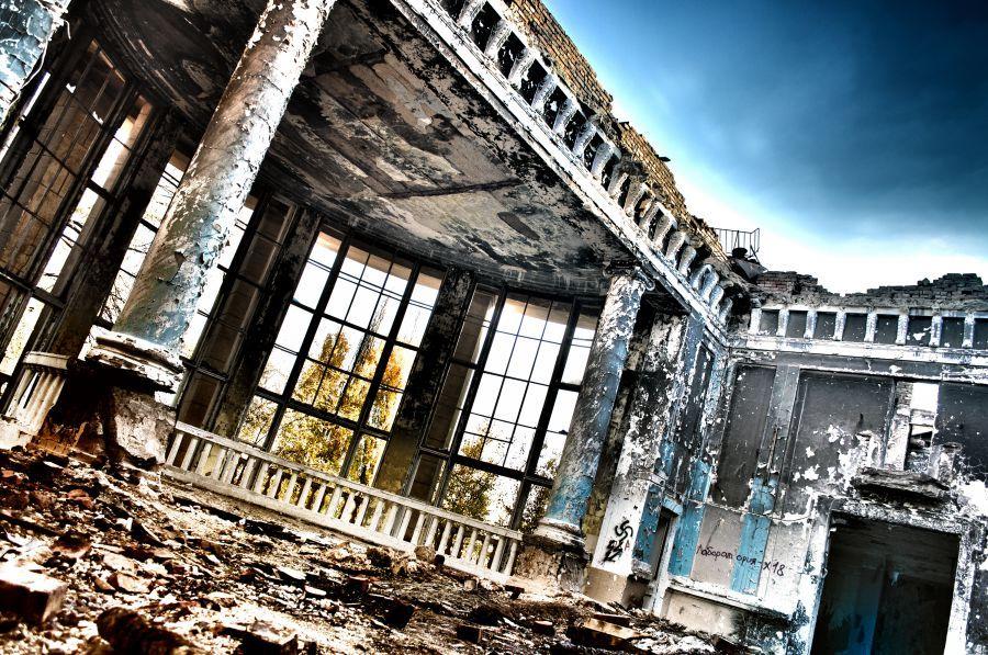 Заброшенный клуб в Астрахани закроют от посетителей