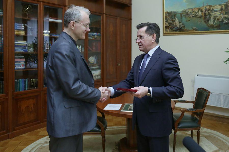 Олег Шеин получил награду из рук астраханского губернатора