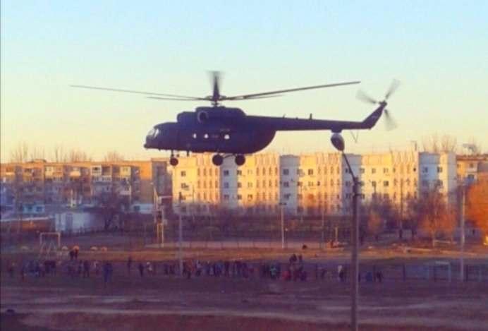 Около астраханской школы неожиданно приземлился вертолет