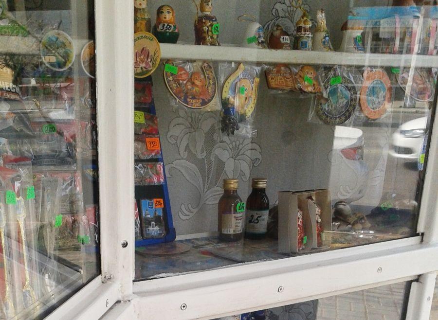 Астраханские сувениры продают вместе с «фанфуриками»