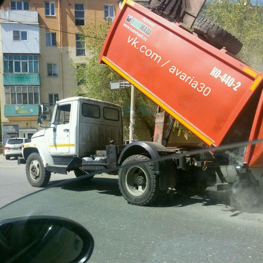 Мусоровоз сбросил мусор посреди дороги