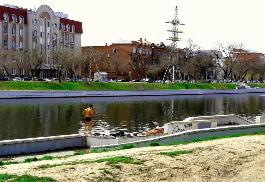 Астраханские дети уже начали купальный сезон