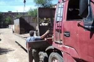 В Астрахани нагло вывезли чужой гараж при помощи автокрана