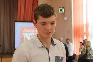 В Астрахани наградили школьника, который спас тонущего рыбака
