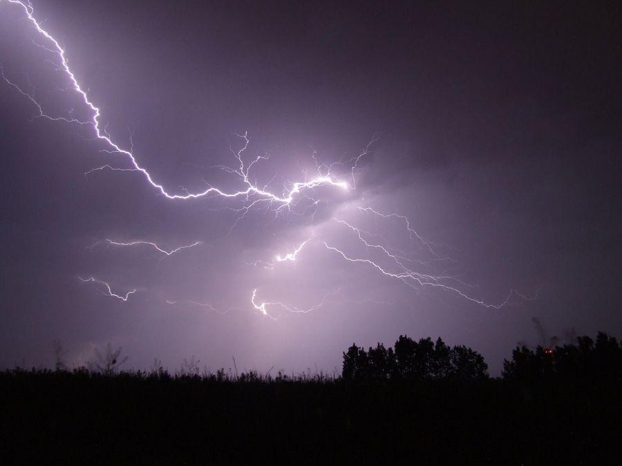В Астраханской области молния попала в автомобиль