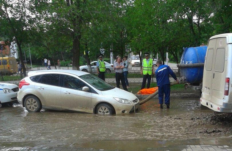 На улице Савушкина спасали провалившийся в яму автомобиль