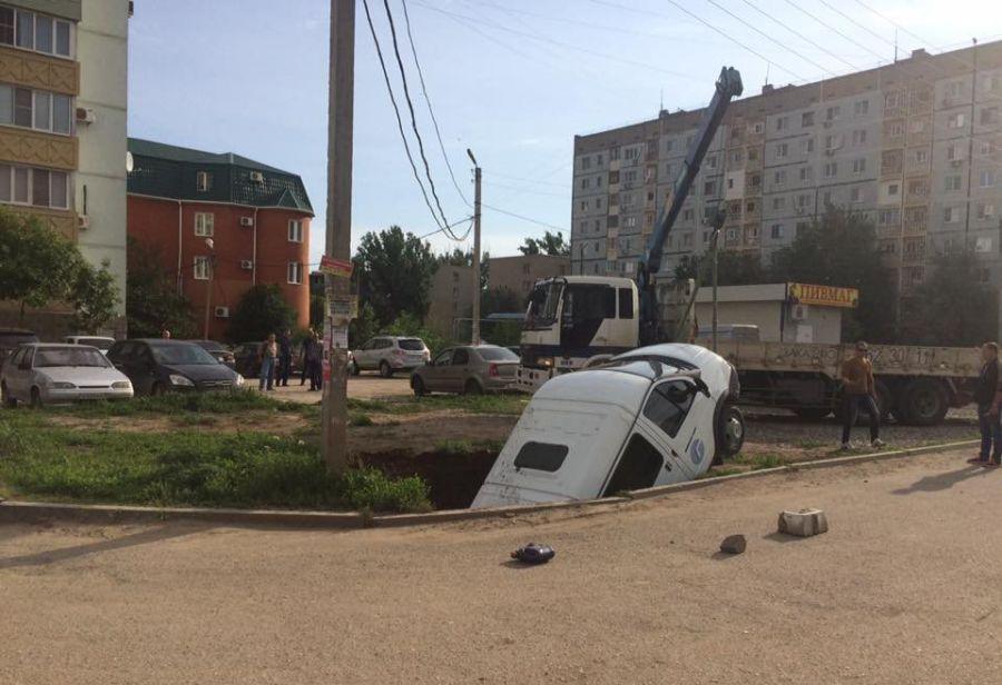 Опубликовано видео с провалившейся в Астрахани «Газелью»