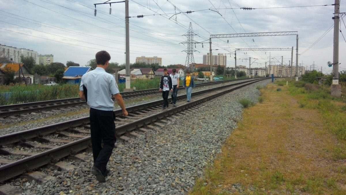 Астраханские железнодорожники ловили нарушителей правил перехода через пути