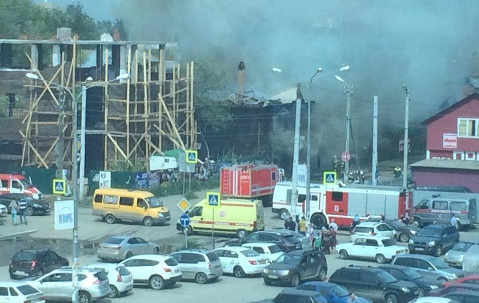 На улице Бакинской в Астрахани горит жилой дом