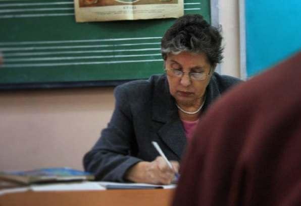 Зарплаты астраханским учителям могут существенно урезать