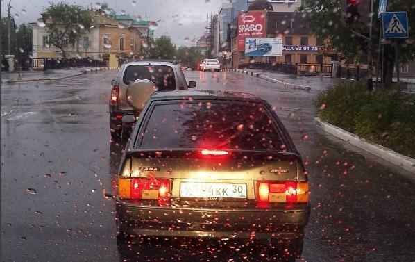 Службы такси Астрахани подняли цены из-за непогоды