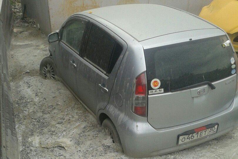 В Астрахани стоявшую машину залило бетоном