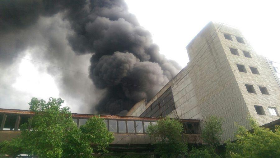 Пожар на астраханском заводе резиновой обуви потушить не удается