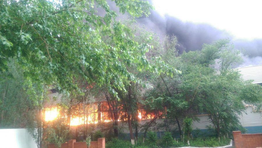 Пожар на астраханском заводе резиновой обуви локализован