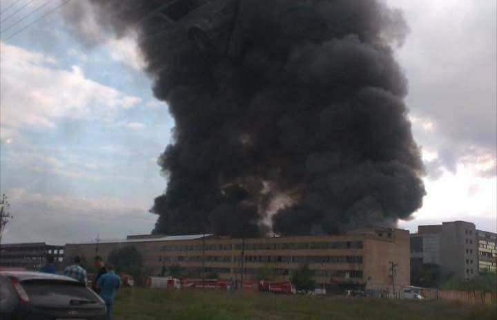 В Астрахани горит завод резиновой обуви