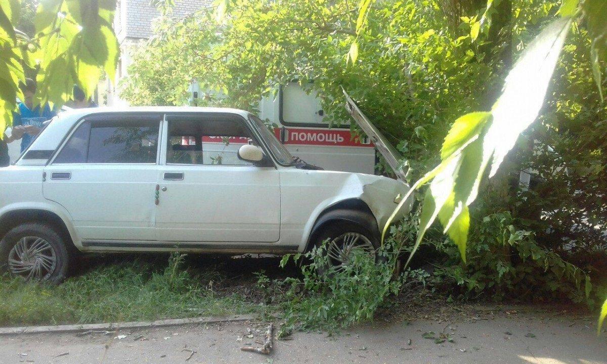 В Астрахани пьяный водитель на прямой врезался в дерево
