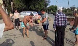 Жители Астрахани продолжают самостоятельно ремонтировать дороги