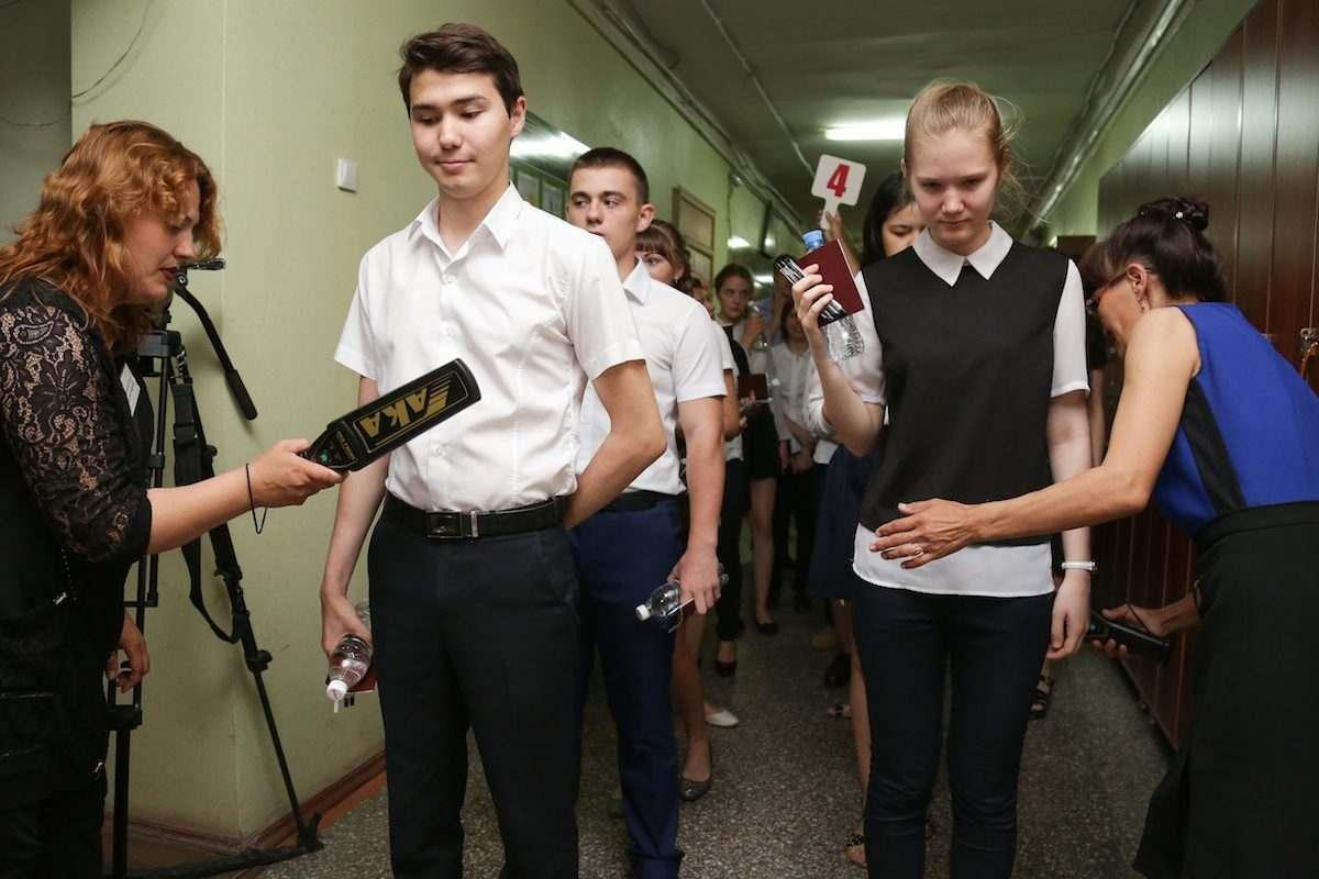 Астраханцы недовольны досмотром школьников перед ЕГЭ