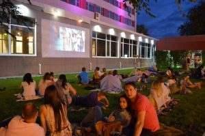 Астраханцев приглашают смотреть кино на траве