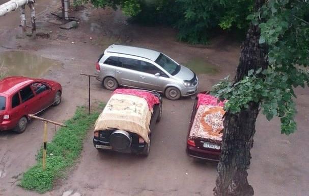 Астраханцы укрывают свои машины коврами