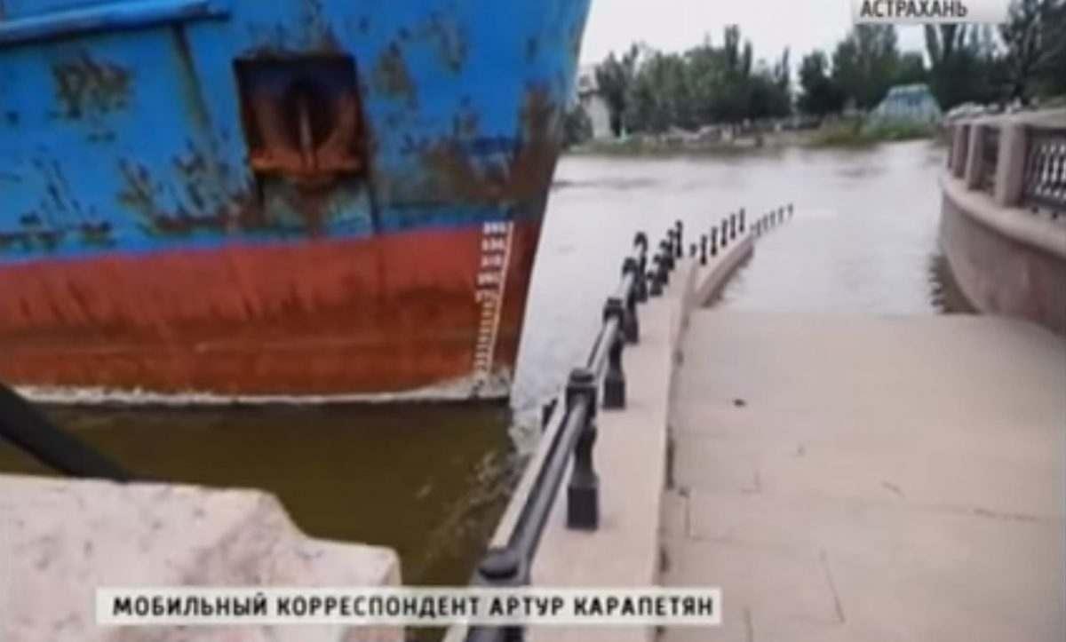 В Астрахани сухогруз врезался в набережную