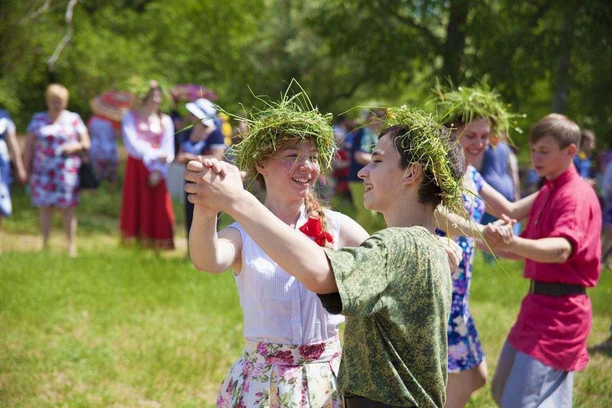 В выходные в Астрахани будут пускать венки по воде