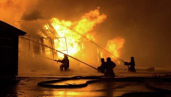 Ночью в Астрахани горел жилой дом и хозпостройка