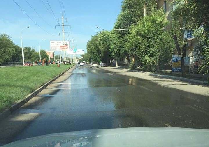Астраханцы продолжают удивляться системе полива городских газонов